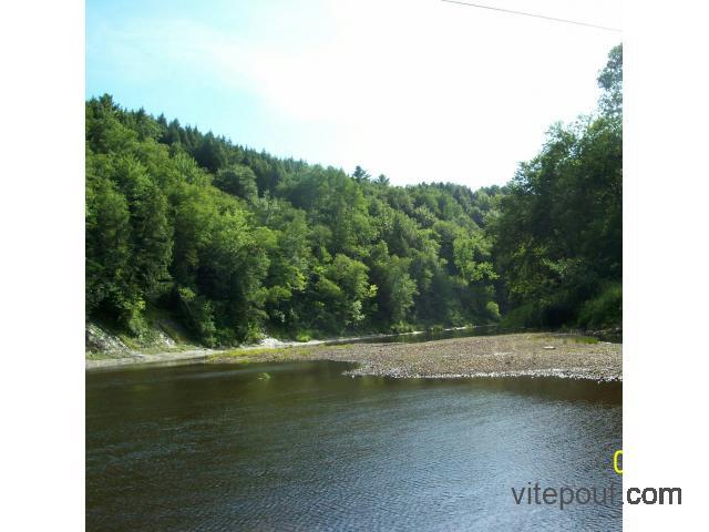 Terrain à vendre situé sur le bord de la riviere